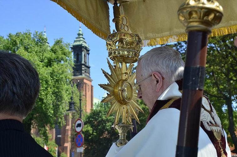 Homilia: Duch Święty jednoczy. Uroczystość Najświętszego Ciała i Krwi Chrystusa (Poznań, Plac katedralny 31.05.2018)
