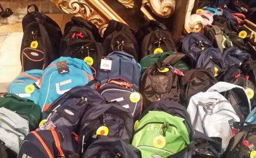 """Ponad 2 tys. plecaków przekazano dzieciom w ramach akcji """"Tornister pełen uśmiechów"""""""