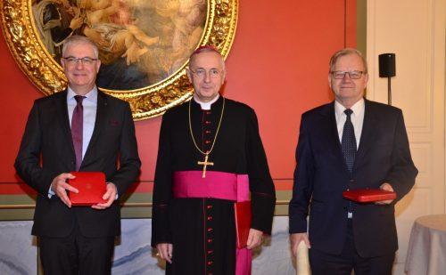 Przewodniczący Episkopatu wręczył papieskie medale prof. Tomaszowi Jasińskiemu i Pawłowi Wosickiemu