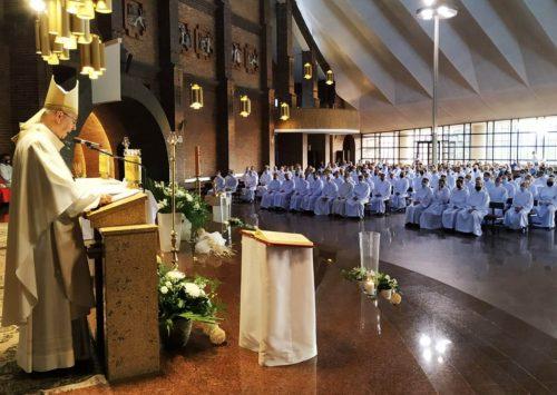 Przewodniczący Episkopatu: nadzwyczajnym szafarzom Komunii św. najbardziej potrzebna jest wiara