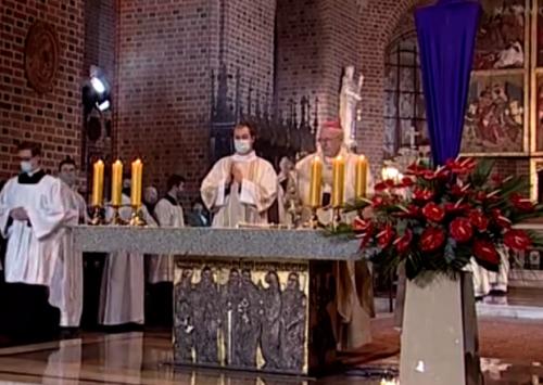 Abp Gądecki: Dzięki Eucharystii chrześcijanin jest naprawdę tym, co spożywa